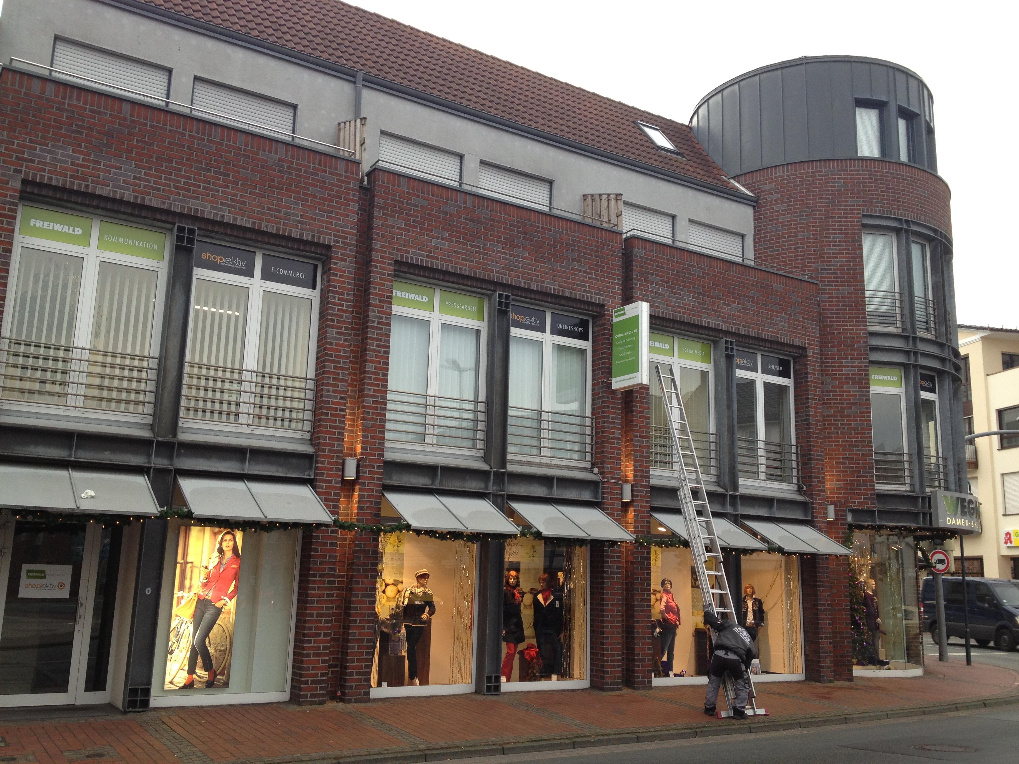 Die Außen-Aufkleber sind an den Fenstern im ersten Stock gut von der Kreuzung aus zu sehen,.